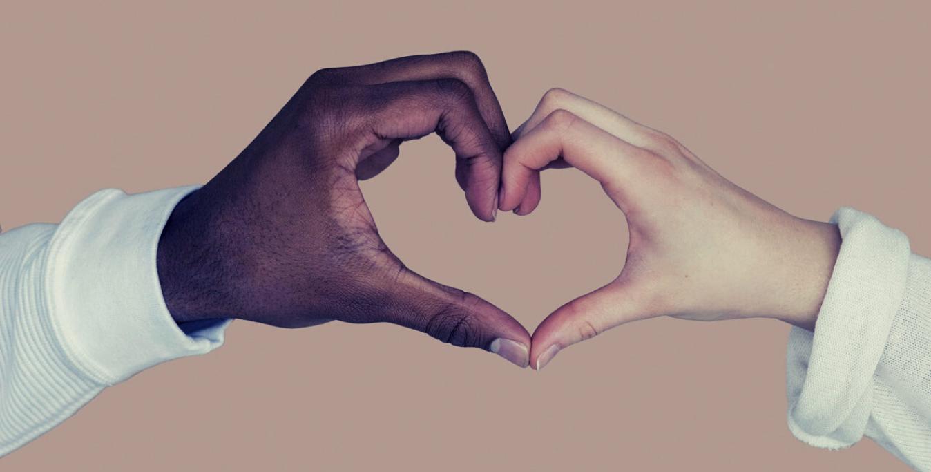 Mani di persone di etnie diverse formano un cuore